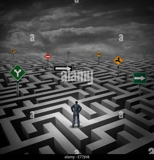 Strategiekonzept Krise als Geschäftsmann auf eine drei dimensionale Irrgarten oder Labyrinth mit verwirrenden Stockbild
