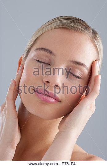 Porträt Frau mit geschlossenen Augen Stockbild