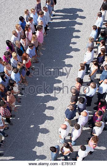 Zwei Gruppen von Menschen, die einander gegenüber Stockbild