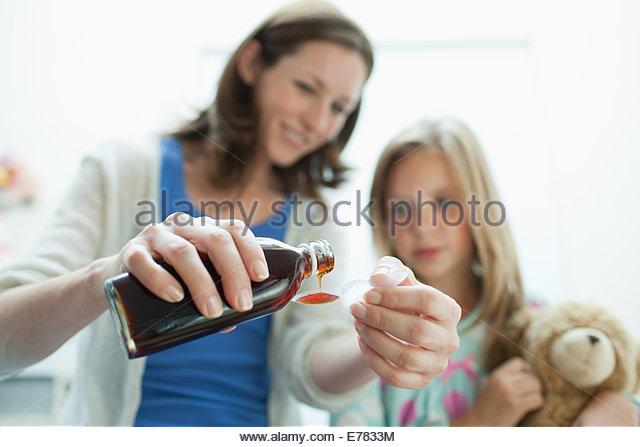 Mutter, kranke Tochter Medizin Stockbild