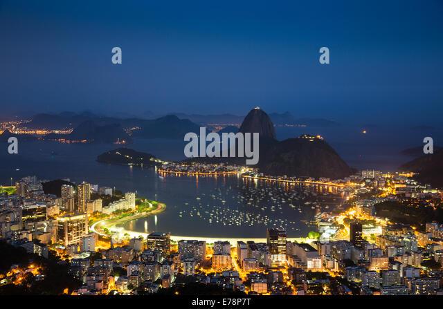 die Bucht, die Stadt und den Zuckerhut in der Abenddämmerung, Rio De Janeiro, Brasilien Stockbild