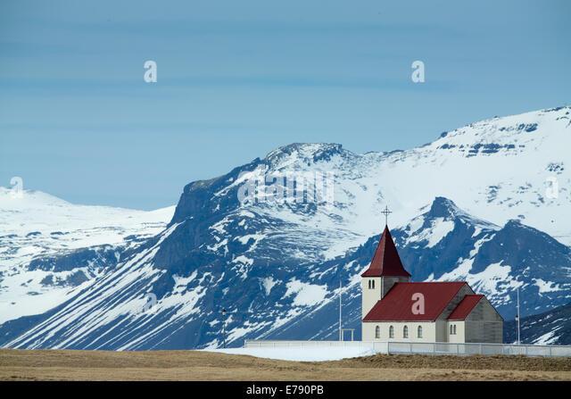 die Kirche am Stadastaour mit der Snæfellsjökull über West-Island Stockbild