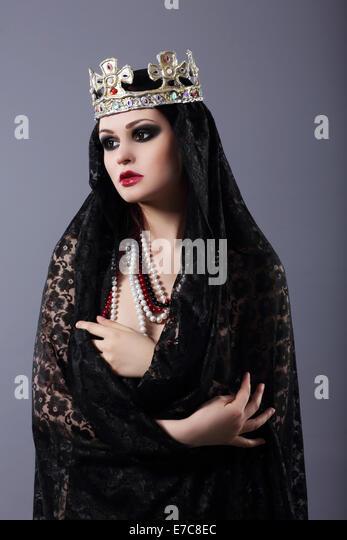 Hexerei. Frau in altmodischer Kleidung und Krone Stockbild