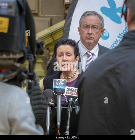 Sydney, Australien. 15. Sep, 2014. NSW Generalstaatsanwalt Brad Hazzard schaut zu, wie Oberbürgermeister Clover Stockbild