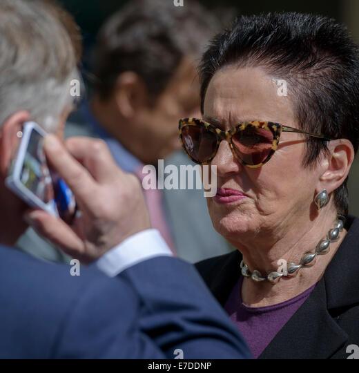 Sydney, Australien. 15. Sep, 2014. Lord Mayor Clover Moore mit einem ihrer gemeldeten 15 Medien-Berater. Schützen Stockbild
