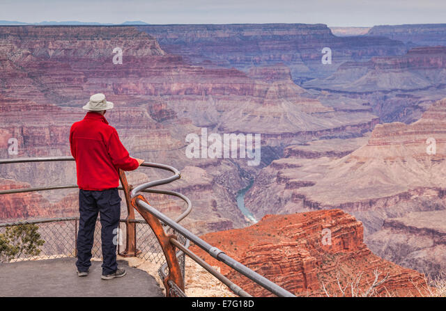 Senior woman Blick über Hopi Point, Grand Canyon, Arizona. Fokus auf Vordergrund. Stockbild
