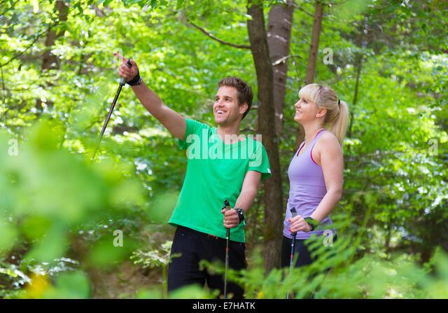 Sportlich aktive Pärchen mit Wanderstöcke Wandern in der Natur. Aktiven Lebensstil. Aktivitäten und Stockbild