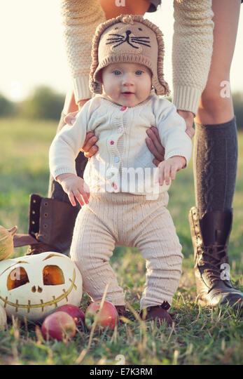 Stilvolle Baby Herbst look Stockbild
