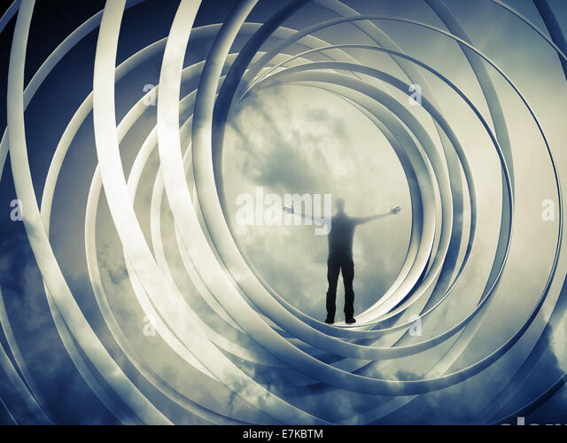 Der Mensch steht im inneren Spirale Abstraktion auf dunkel getönten Hintergrund Stockbild