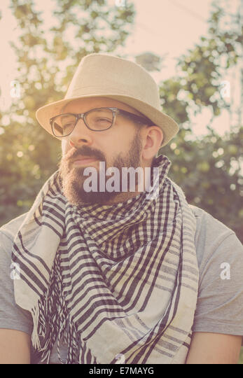 Porträt eines bärtigen junge Hipster Tagträumen, wegschauen. Retro-Töne Stockbild