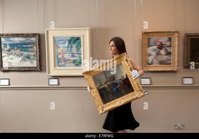 Edinburgh, Schottland. 22. September 2014. Saskia Robertson, der Bonhams, bereitet Gemälde für den Verkauf Stockbild