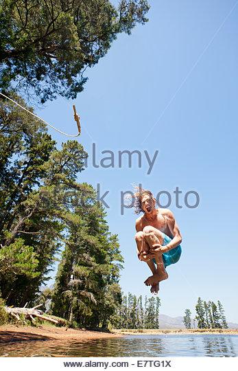 Mann tut Kanonenkugel in ländlichen See Stockbild