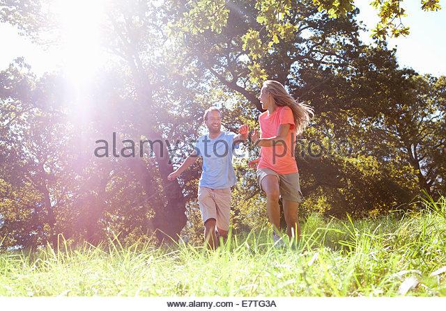 Paar im ländlichen Bereich laufen Stockbild
