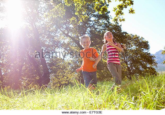 Kinder laufen im ländlichen Bereich Stockbild
