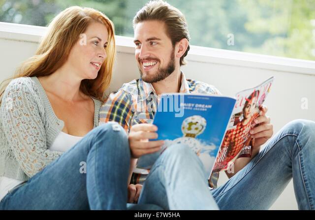 Paar drinnen entspannen Stockbild