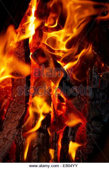 rote Flamme auf Protokolle Stockbild