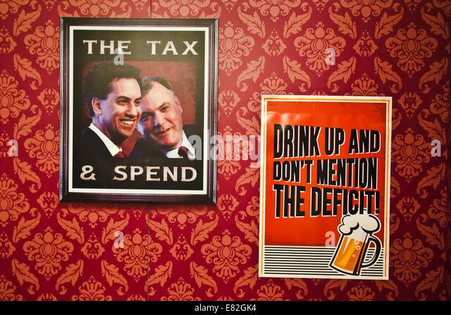 Birmingham-UK 29.09.2014. Plakate in einem mock Pub in der Ausstellungshalle des konservativen Parteikonferenz Spott Stockbild