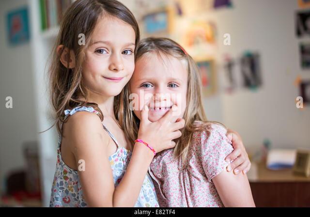 5 und 7 Jahre alten Schwestern. Stockbild