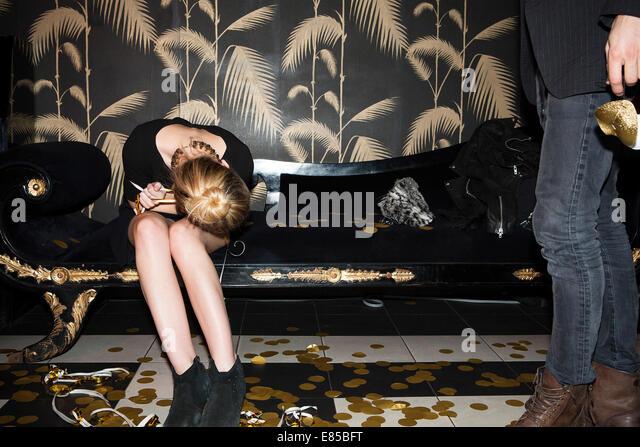 Frau ruhen Kopf auf Schoß nach party Stockbild