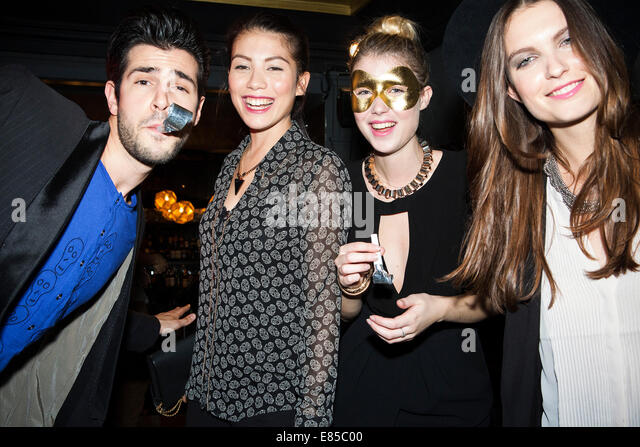 Freunde auf Party feiern Stockbild