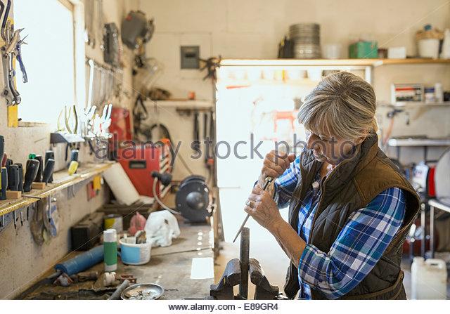 Frau Schärfen Werkzeug in Werkstatt Stockbild