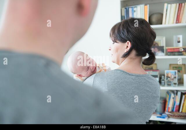 Mutter schreit ihr weinendes Sohn beim Vater im Vordergrund halten Stockbild