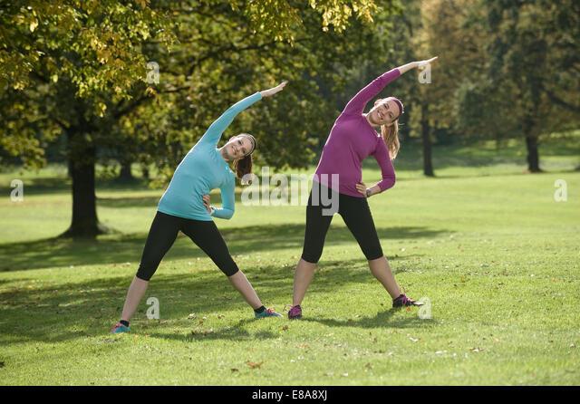 Frauen Gymnastik im Park, Woerthsee, Bayern, Deutschland Stockbild