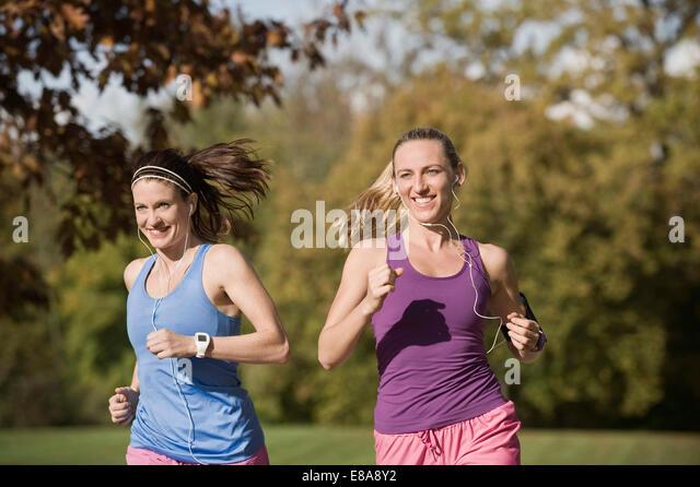 Frauen Joggen im Park, Woerthsee, Bayern, Deutschland Stockbild