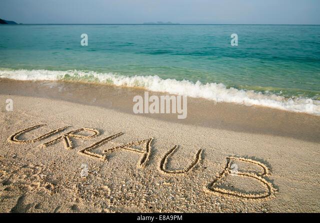 """das Wort """"Urlaub"""" in Sand beach, Koh Lipe, Thailand zerkratzt Stockbild"""