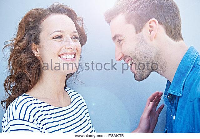 Nahaufnahme von paar lachen Stockbild