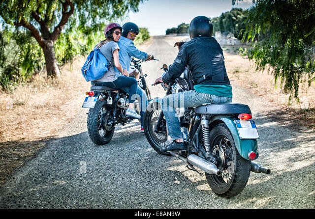 Drei Freunde und ein Hund auf Motorrädern, Cagliari, Sardinien, Italien Stockbild