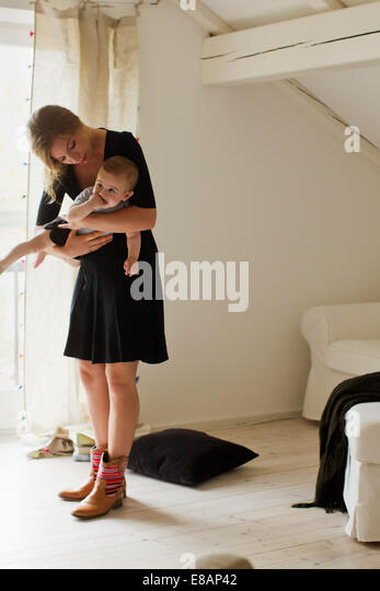 Mutter hält Baby boy Stockbild