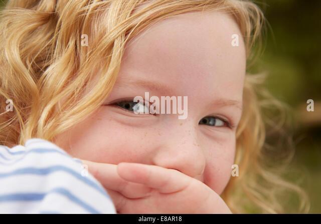 Porträt eines Mädchens mit der Hand den Mund zu schließen Stockbild