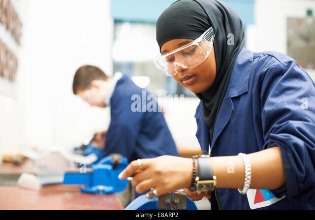 Studentin mit Vize-Griff in College-Werkstatt - Stock-Bilder