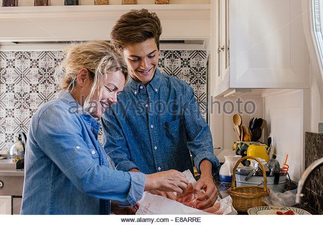Großmutter und Enkel, die Zubereitung von Speisen in der Küche Stockbild