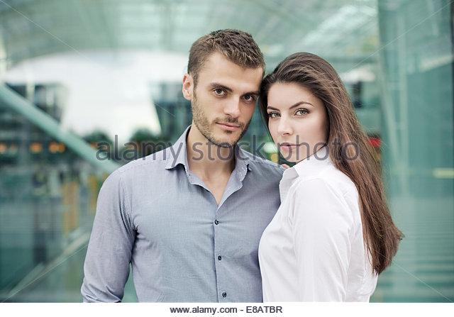 Junges Paar Blick in die Kamera, Porträt Stockbild