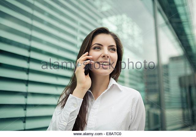 Geschäftsfrau auf Handy, Lächeln Stockbild