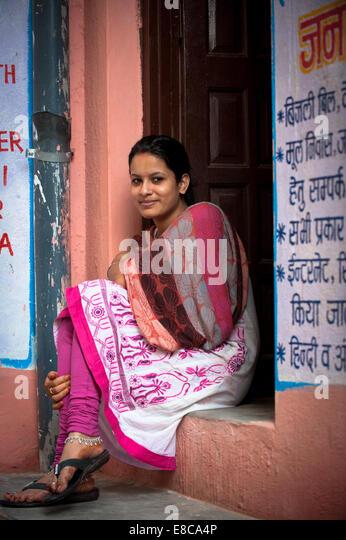 Landleben in Rajasthan, farbige Frau in traditioneller Kleidung, Sari Stockbild