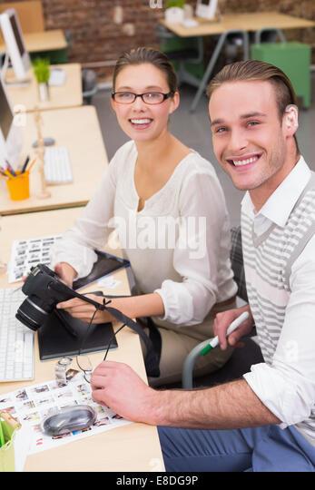 Lässigen Foto-Editoren mit Kamera im Büro Stockbild