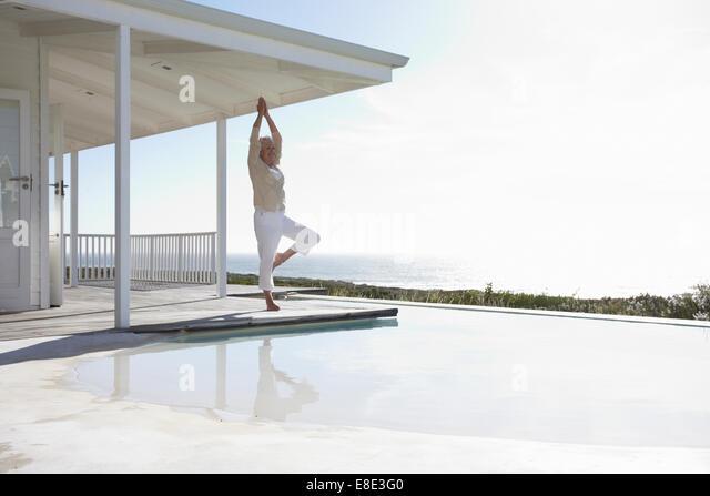 Reife Frau beim yoga Stockbild