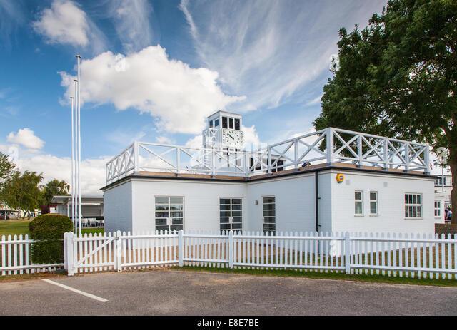 Art-Deco-Gebäude auf dem Goodwood Race Circuit 2014 weiß Stockbild