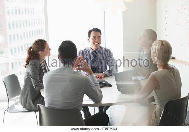 Business-Leute reden in treffen Stockbild