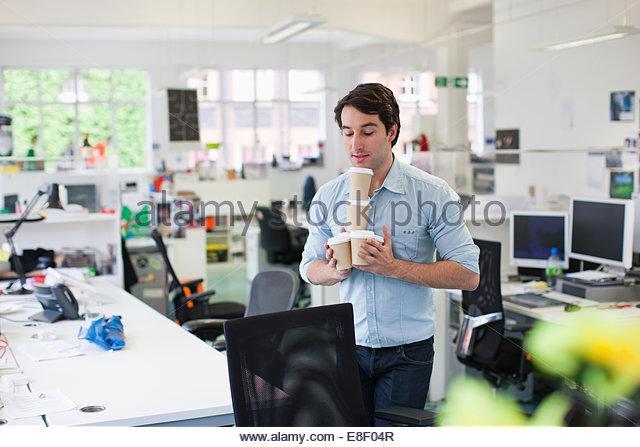 Geschäftsmann Ausgleich Kaffeetassen Stockbild