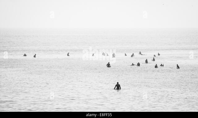 Große Gruppe von Surfern im Ozean wartet um eine Welle zu erwischen Stockbild