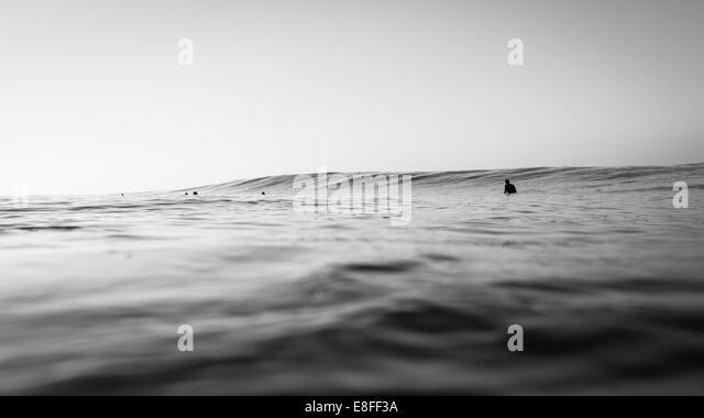 Gruppe von Surfern, die darauf warten, eine Welle zu erwischen Stockbild