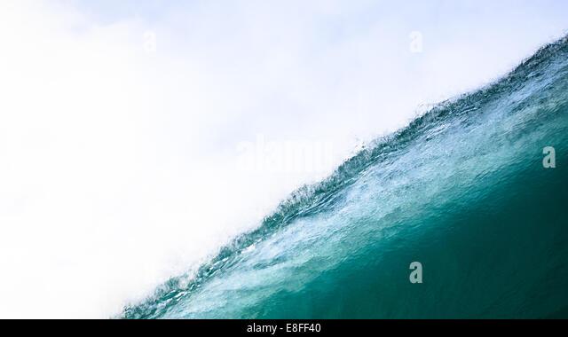Nahaufnahme eines großen Welle mit spray Stockbild
