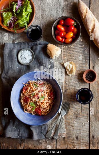 Spaghetti und Salat mit Brot Stockbild