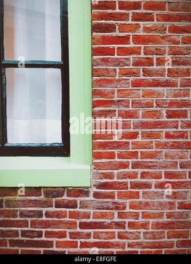 Nahaufnahme von Fenster und Wand Stockbild