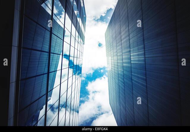 Bürogebäude mit Himmel und Wolken Stockbild
