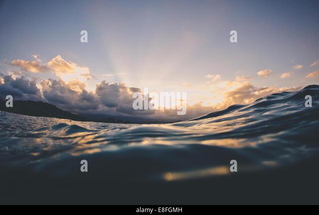 Wasseroberfläche des Ozeans bei Sonnenuntergang, Hawaii, Amerika, USA Stockbild